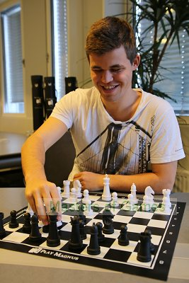 Magnus Carlsen (Play Magnus) educational chess set and vinyl board
